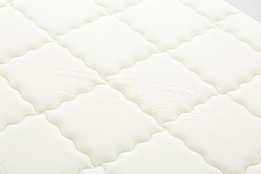 側地には<ヴィスコース>を採用。麻や綿と同じ100%植物性の素材でありながら、光沢のあるしっとりとした肌触りが特長です。また、特殊繊維「アウトラスト®」には、1年を通じて、快適な温度に保つ働きがあります。