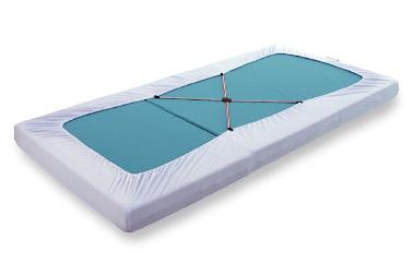 付属のボックスシーツホルダーを裏面に装着することで、折り畳んだ際にシーツが外れることを防ぎます。