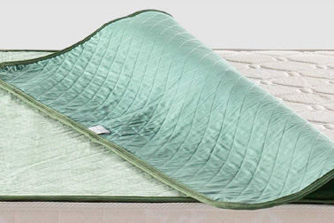 裏地に滑り防止用生地を採用。ベッドの下でシートがずれにくいので便利で安心です。
