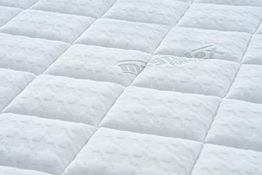 側地はふんわりとしたジャカード織りのダブルニット構造。ストレッチ性にすぐれ、やさしい肌触りが特長です。