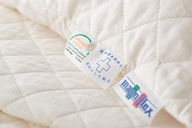 エコテックスは繊維製品の安全性をテストする国際規格。なかでもクラス1はベビー用品に適用される最も厳しい規格です。赤ちゃんが仮に口に含んでしまっても害の無い安全性を実現しています。