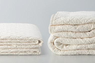 左が新品のケット&シーツで、右が三度洗たくして乾燥させたケット&シーツです。洗えば洗うほどふんわりやわらか、倍以上に膨れてまるでマシュマロのような肌触りです。